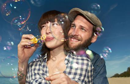 Pareja soplando burbujas