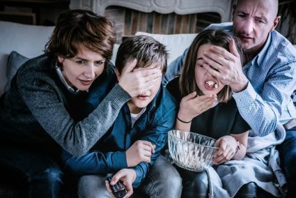 Padres sobreprotectores cubriendo los ojos de sus hijos