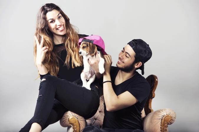 Linda pareja con cachorro