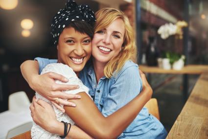 pareja de lesbianas abrazando