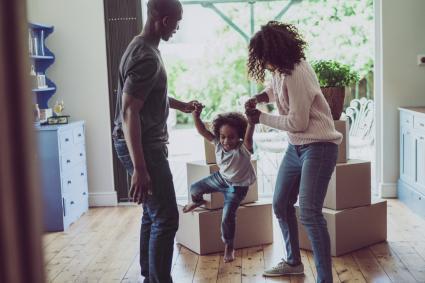 padres juguetones con niño