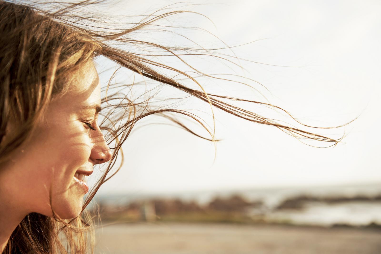 Mujer disfrutanto el viento