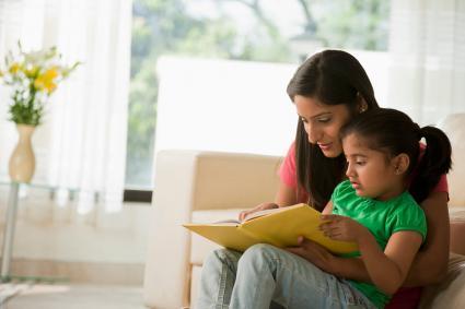 Madre leyendo libro con hija