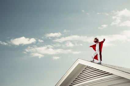 Chico con capa en el techo