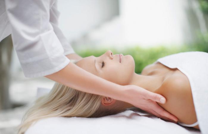 mujer dando un masaje a una mujer