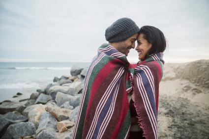 pareja en manta en la playa