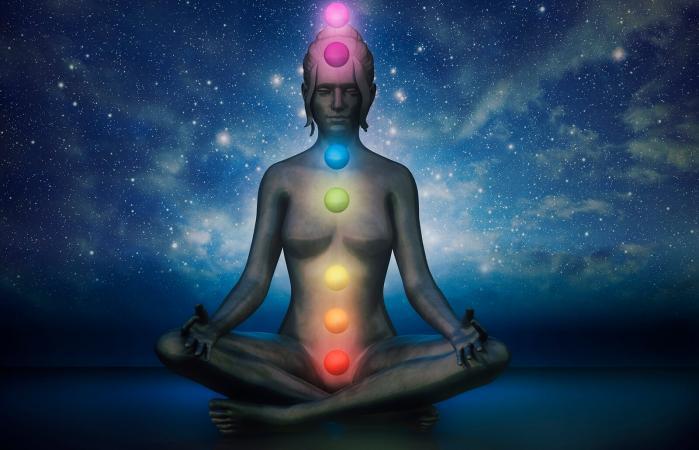 Posición de loto meditación con chakras visibles