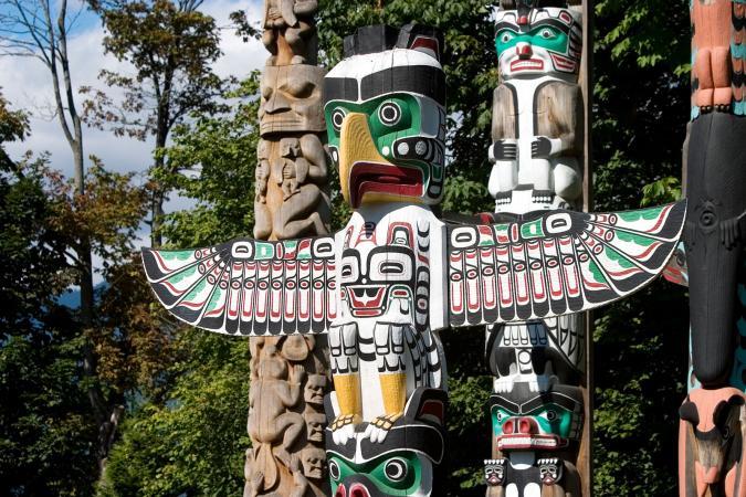 Tótems nativos americanos en Vancouver, Canadá