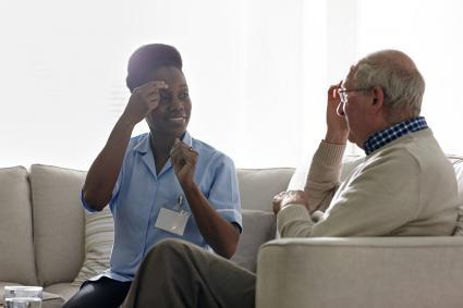 Terapeuta con paciente anciano.
