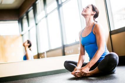 Mujer feliz en estudio de yoga