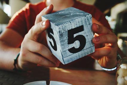 cubo con el número 5