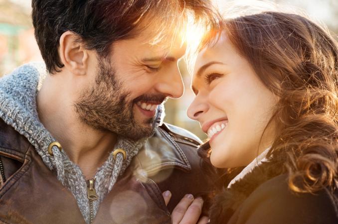 sonriente hombre y mujer