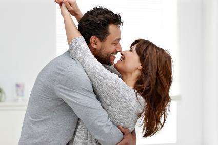 hombre abrazando a la mujer