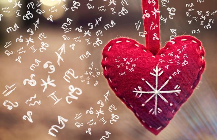Corazón rojo con signos del zodiaco