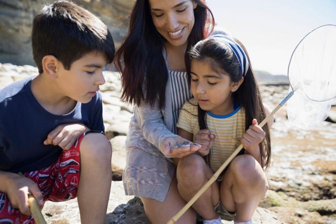 Madre e hijos en la playa