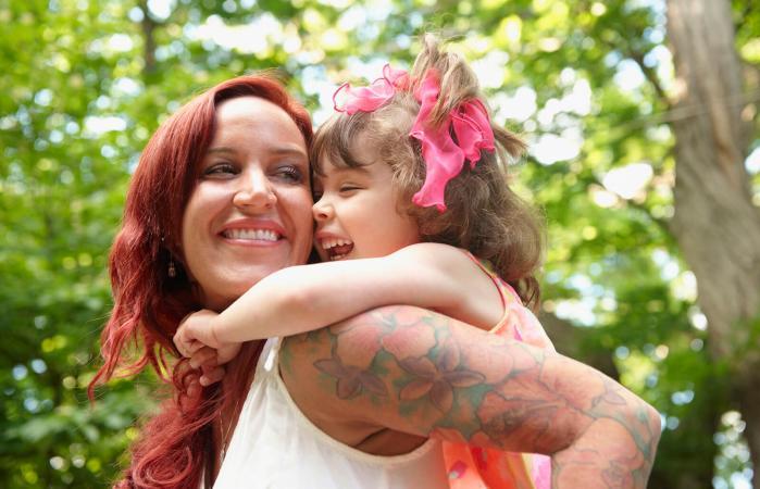 madre con niño en su espalda