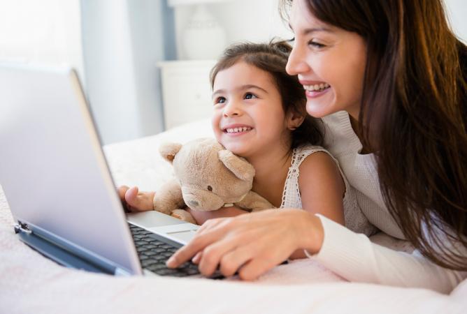 madre e hija usando la computadora