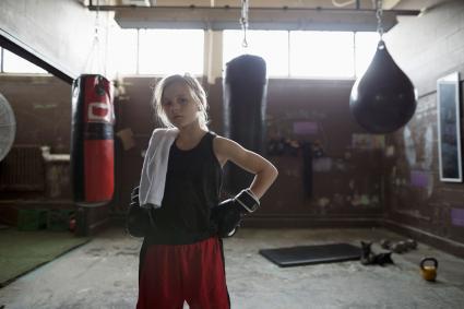 chica boxeador en el gimnasio