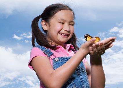 niña sosteniendo una mariposa