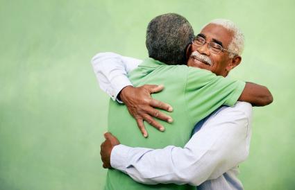 Dos hombre mayores rencontrandose