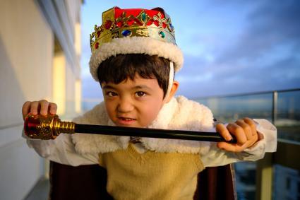 Un niño vestido de Rey