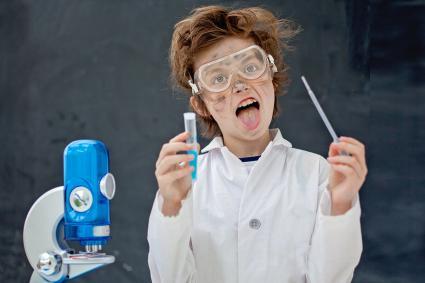 chico haciendo algunos experimentos científicos en clase