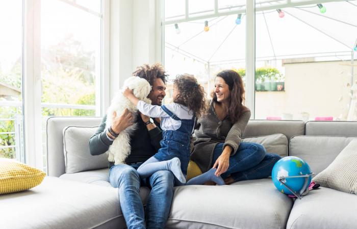 Familia feliz con perro sentados juntos