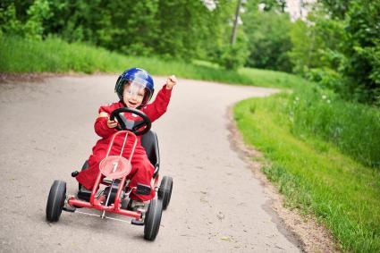Un niño pequeño ganando una carrera de karts