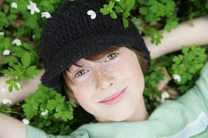 Niño descansando en flores silvestres