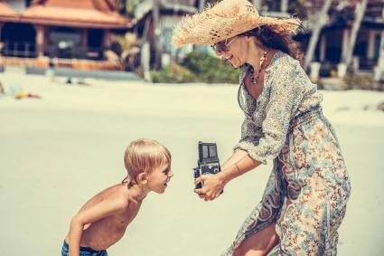 Mujer tomando fotos de su hijo