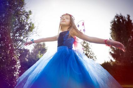 Chica bailando y soñando despierta con un vestido azul