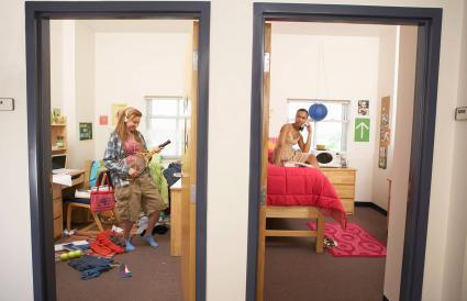 Mujeres jóvenes en dormitorios limpios y desordenados