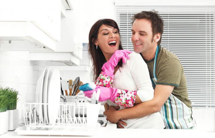 Una pareja en la cocina, lavando platos