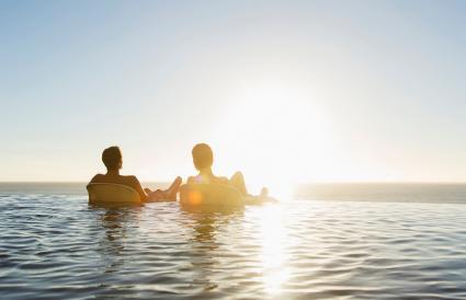 Pareja flotando en el lago