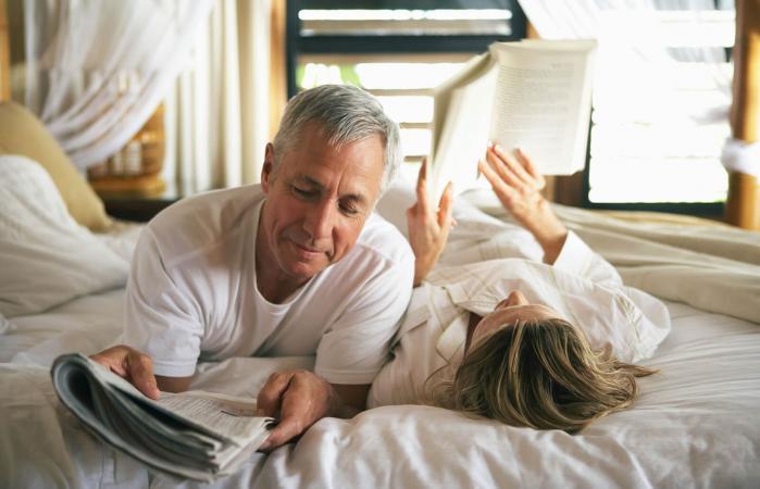 Pareja mayor leyendo juntos