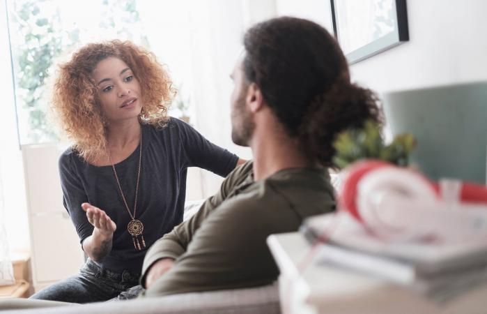 Una pareja joven discutiendo