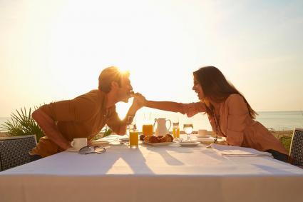 mujer alimentando al marido