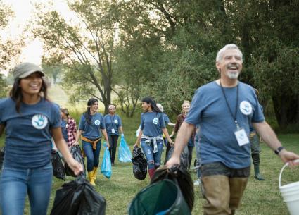 Gente que se ofrece como voluntaria