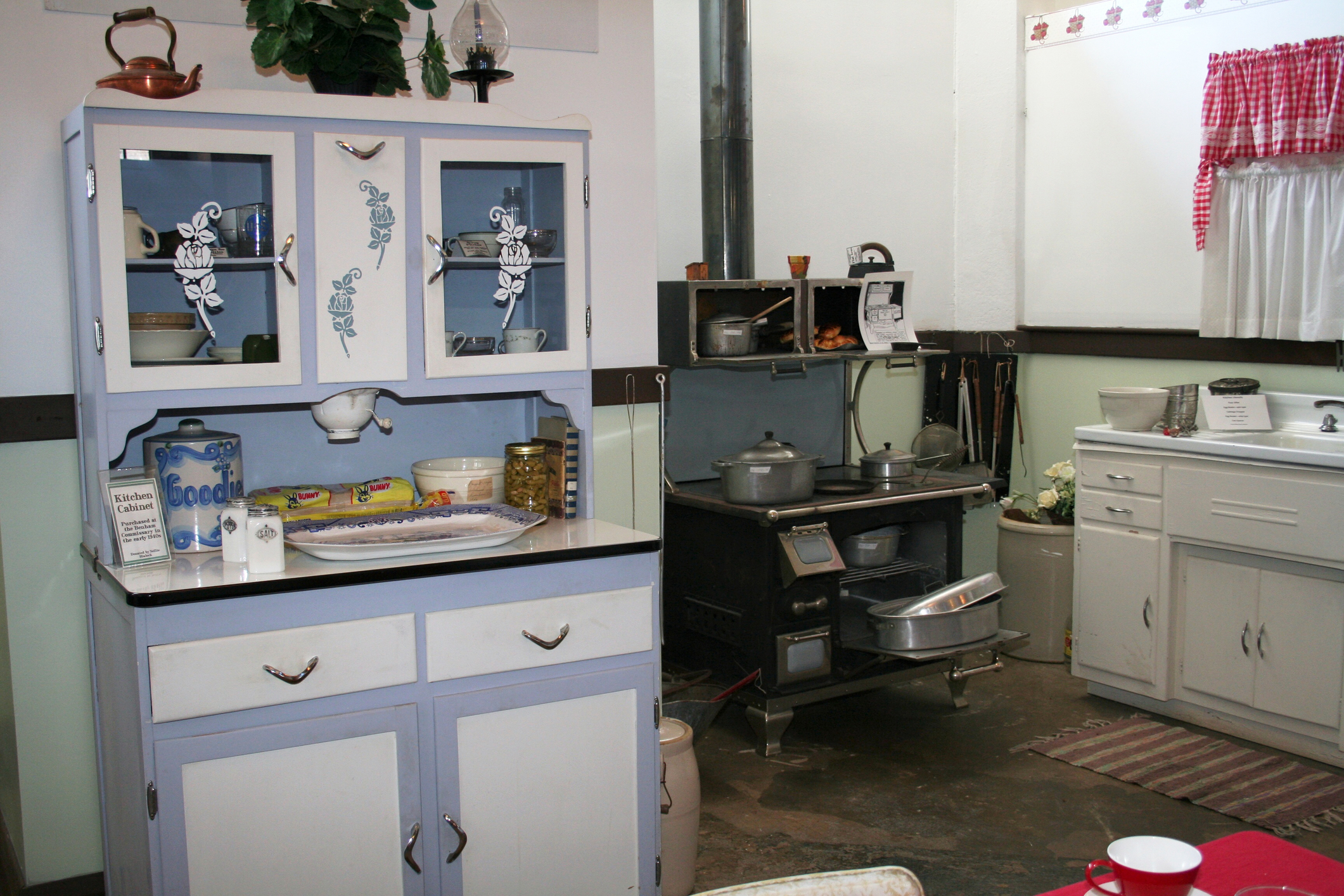 1940s Kitchen Cabinets 1940s Kitchen Design | LoveToKnow