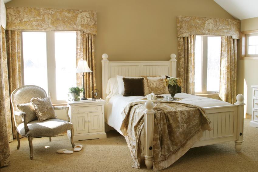 https://cf.ltkcdn.net/interiordesign/images/slide/105434-849x565-French-country-bedroom.jpg
