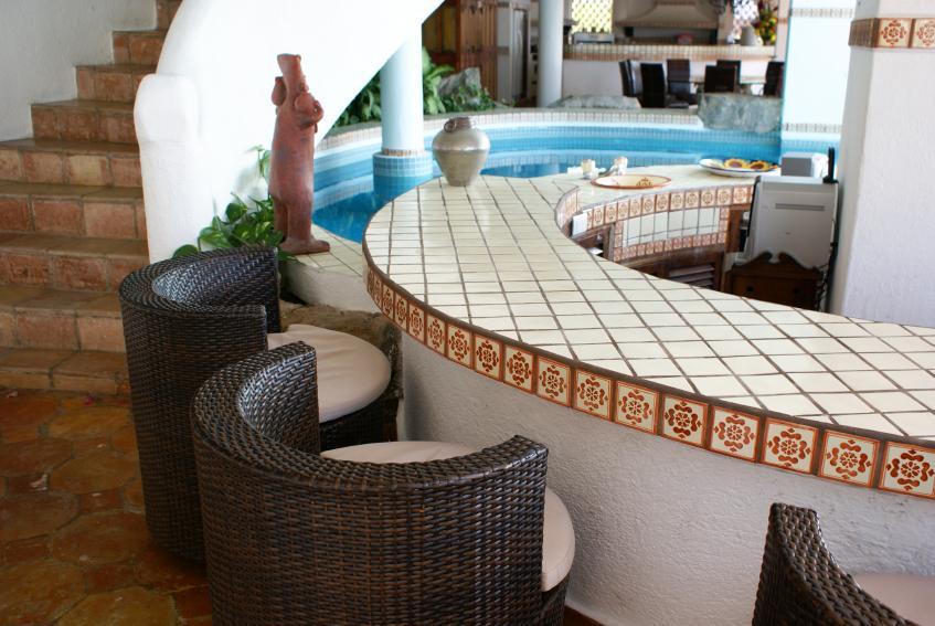 https://cf.ltkcdn.net/interiordesign/images/slide/163801-847x567-poolside-bar.jpg