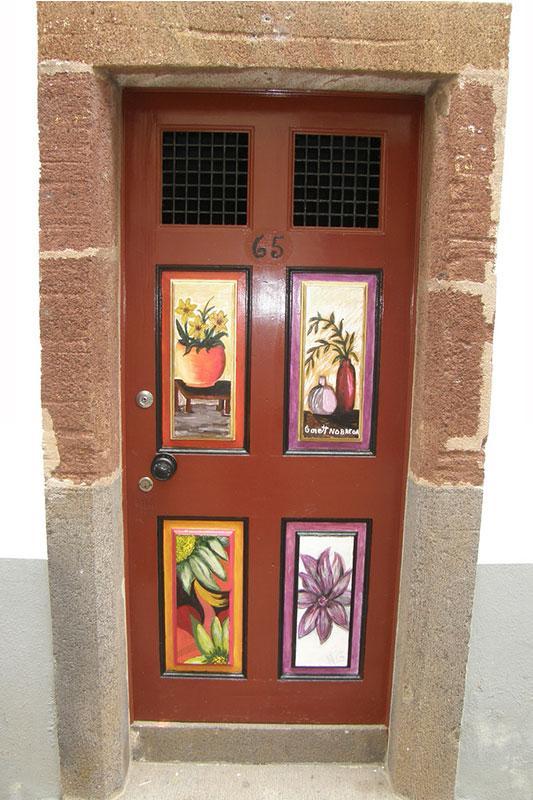 https://cf.ltkcdn.net/interiordesign/images/slide/182970-533x800-Madeira-scenery-painted-door-.jpg