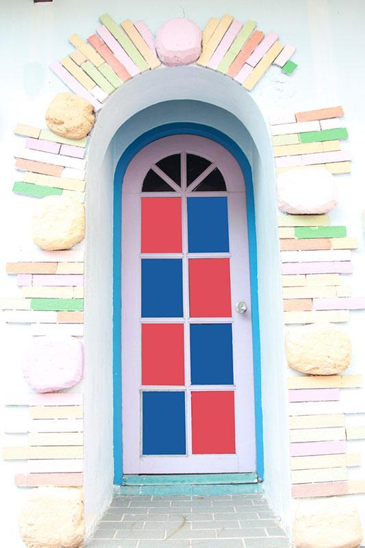 https://cf.ltkcdn.net/interiordesign/images/slide/182972-533x800-blue-pink-squares-door.jpg