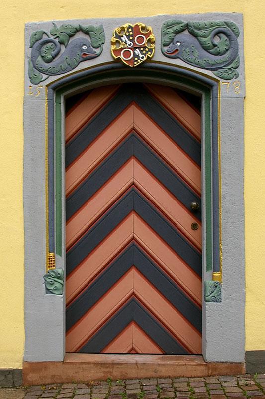 https://cf.ltkcdn.net/interiordesign/images/slide/182973-533x800-chevron-painted-door.jpg