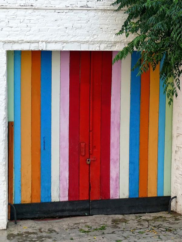 https://cf.ltkcdn.net/interiordesign/images/slide/182975-601x800-striped-colors-on-door.jpg