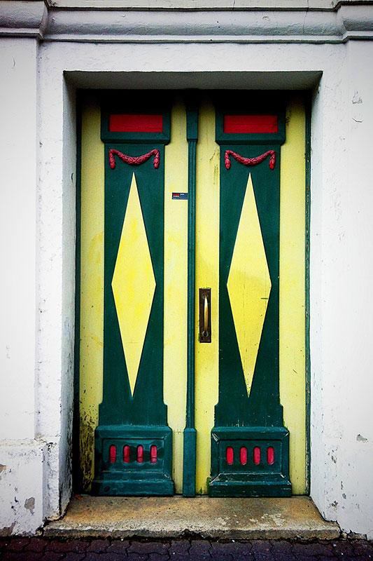 https://cf.ltkcdn.net/interiordesign/images/slide/182978-533x800-yellow-green-painted-door.jpg