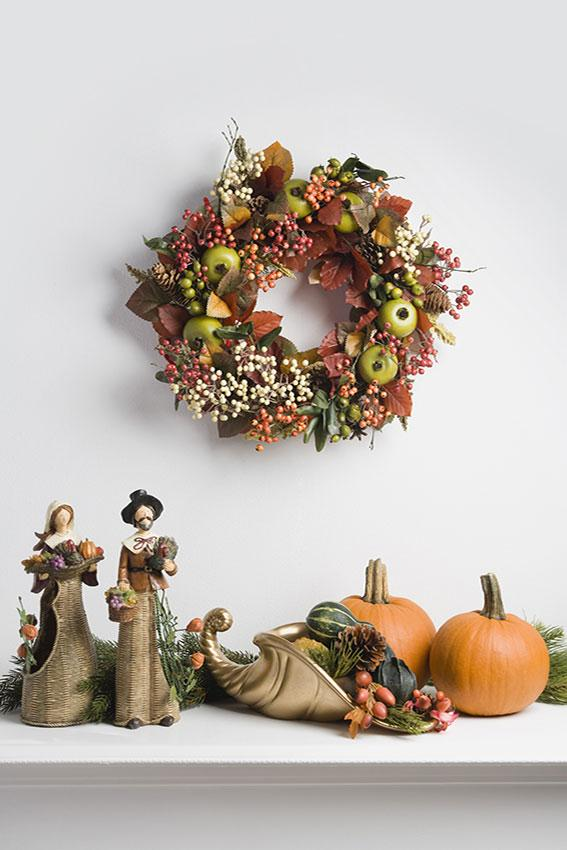 https://cf.ltkcdn.net/interiordesign/images/slide/189667-567x850-Thanksgiving-wreath-and-cornucopia.jpg