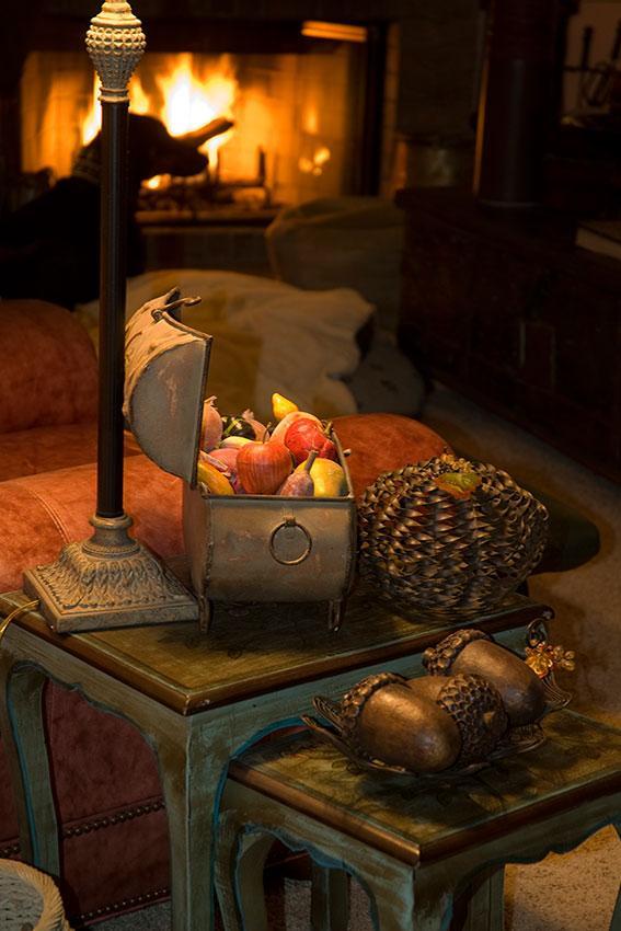 https://cf.ltkcdn.net/interiordesign/images/slide/189679-567x850-chest-of-fruit-and-acorn-decorations.jpg