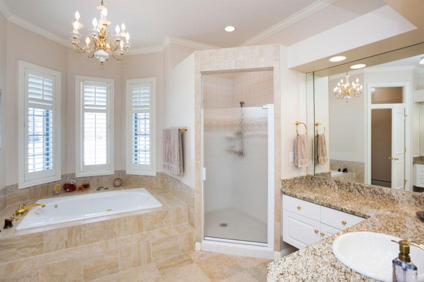 https://cf.ltkcdn.net/interiordesign/images/slide/190262-850x566-Bathroom-Chandelier.jpg