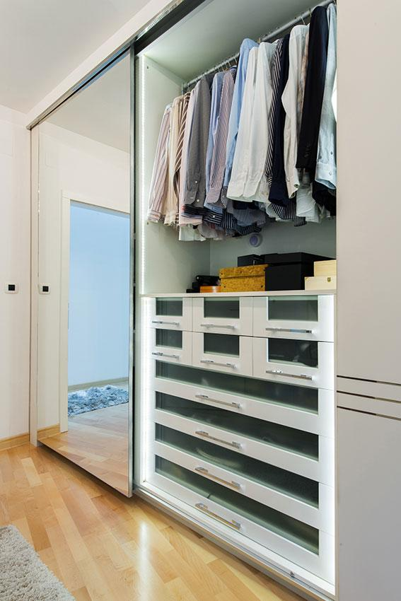https://cf.ltkcdn.net/interiordesign/images/slide/196938-567x850-double-closet-organization.jpg